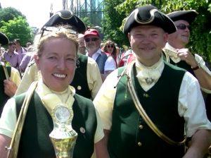 Petra Aldinger mit dem Siegerpokal. Die Freude darüber ist nicht zu übersehen.